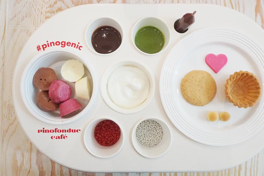 ピノアイス、チョコレートソース、トッピングから好きなものを選ぶ。卵ボーロやハート型チョコレートをどう使う!?