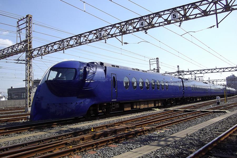 関西国際空港と大阪市内を結ぶ南海空港特急「ラピート」。レトロフューチャーがデザインコンセプト