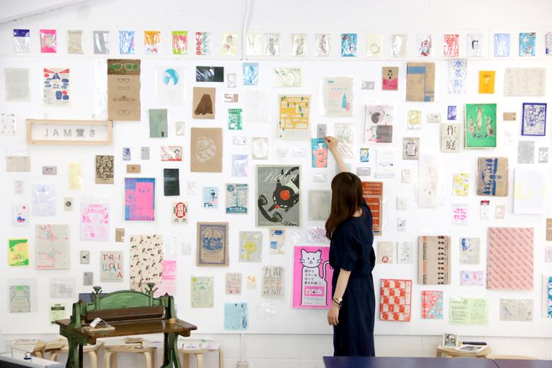 これまでの10年分の印刷物の展示「JAM置き」