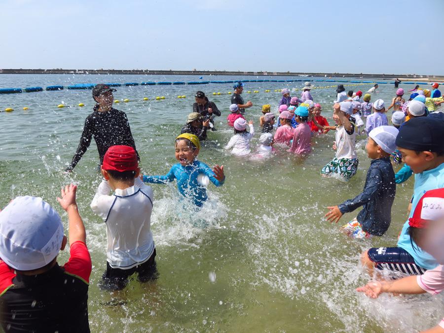 水しぶきを上げて初泳ぎを楽しむ園児たち