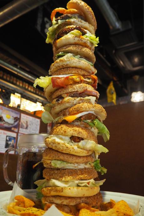 見上げるほどでかいハンバーガータワー!持ち上げるのにも一苦労。