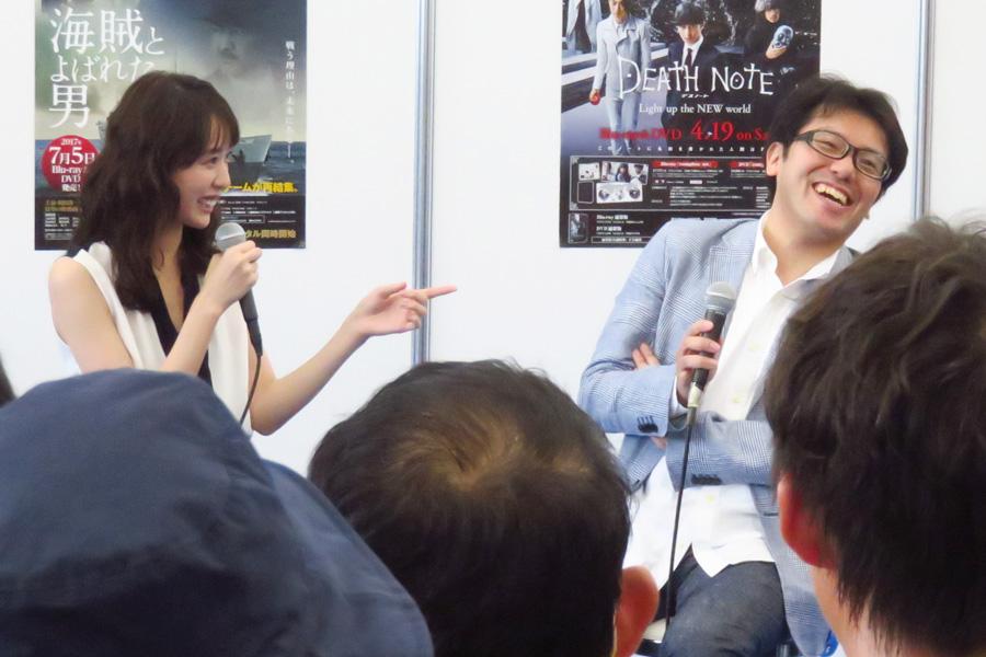 「東京は規制が多くて映画が撮りにくい。でも神戸は東京に見える都会でありながら、爆破シーンも撮らせてくれる」と神戸を気に入った様子の佐藤プロデューサー(右)と戸田