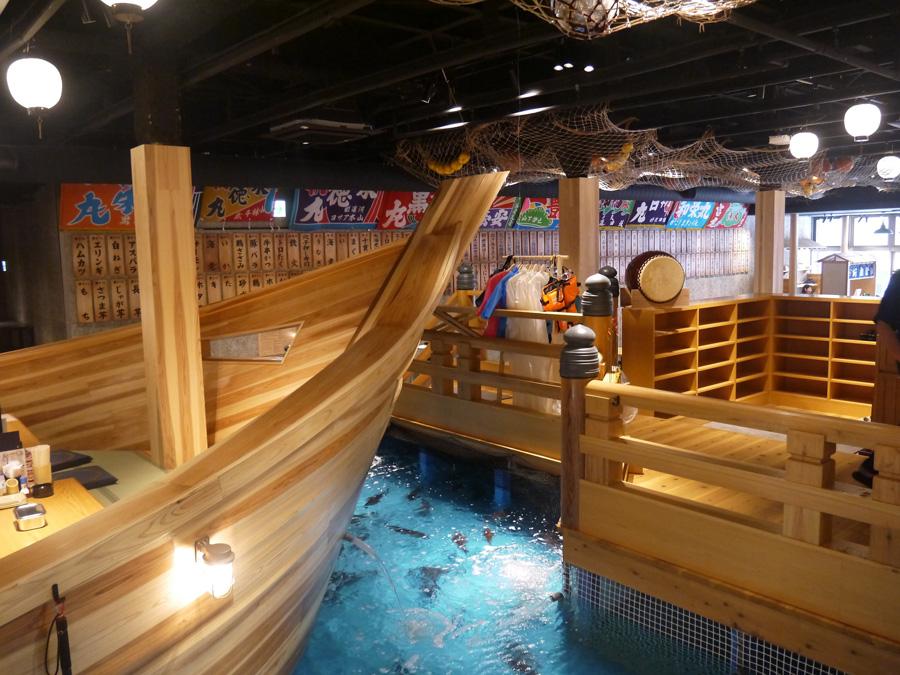 海に浮かぶ漁船をイメージさせる店内