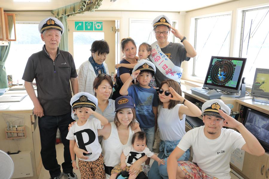 操舵室(?)で1日船長を体験した田中さんご一行