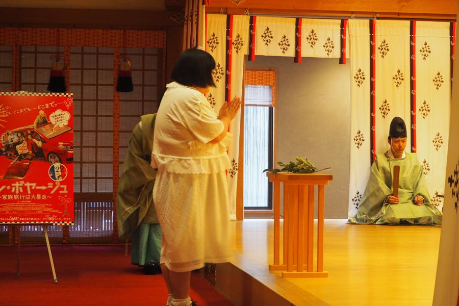 ご祈祷を受ける酒井藍(21日、住吉大社)
