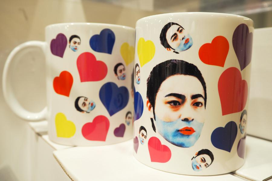 強烈なインパクト、新商品の「青髭よっくんラブリーマグカップ」1700円 ©「勇者ヨシヒコと導かれし七人」製作委員会