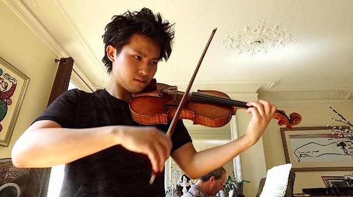 1993年東京都生まれ。3歳でバイオリンを始め、16歳でウィーン私立音楽大学に入学。2009年、ドイツのハノーファー国際バイオリンコンクールで16歳という若さで史上最年少優勝