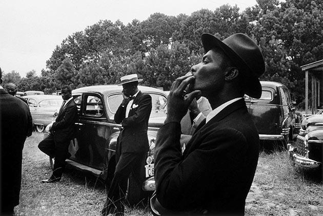 ロバート・フランク《葬式ーサウルカロライナ州セント・ヘレナ》1955年『The Americans』(1959年)より © Robert Frank