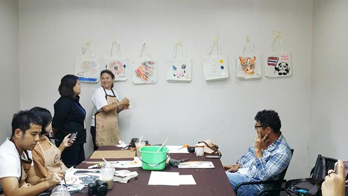 完成したバッグが壁に張られ、先生の解説がスタート