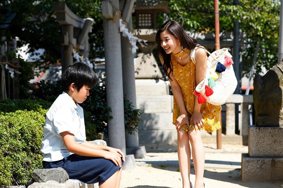 ホステス・莉奈(朝比奈)と少年・聡(鈴木)はひょんなことから莉奈の婚約者を探すことに