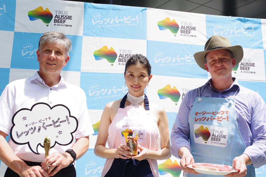 イベントに登場した在大阪オーストラリア総領事館のデイビッドさん(左)、橋本マナミ、MLA豪州食肉家畜生産者事業団のアンドリュー駐日代表(2日・大阪市)