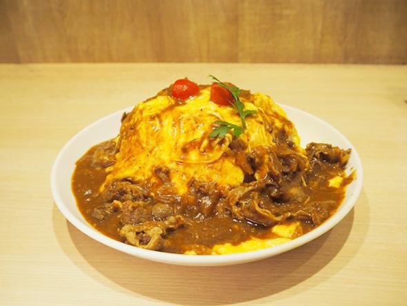 「キッチンジロー」のオムライス バベル盛り1180円。オムライスに牛肉をたっぷり使ったハヤシソースがかかっている