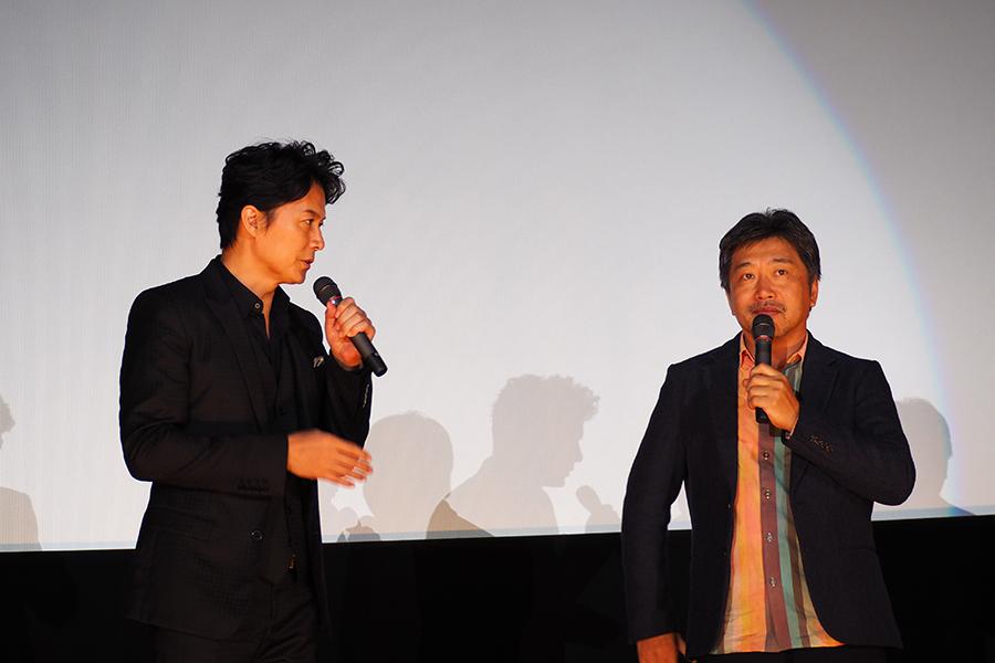 『そして父になる』以来、2度目のタッグを組んだ福山雅治(左)と是枝裕和監督(29日・大阪市内)