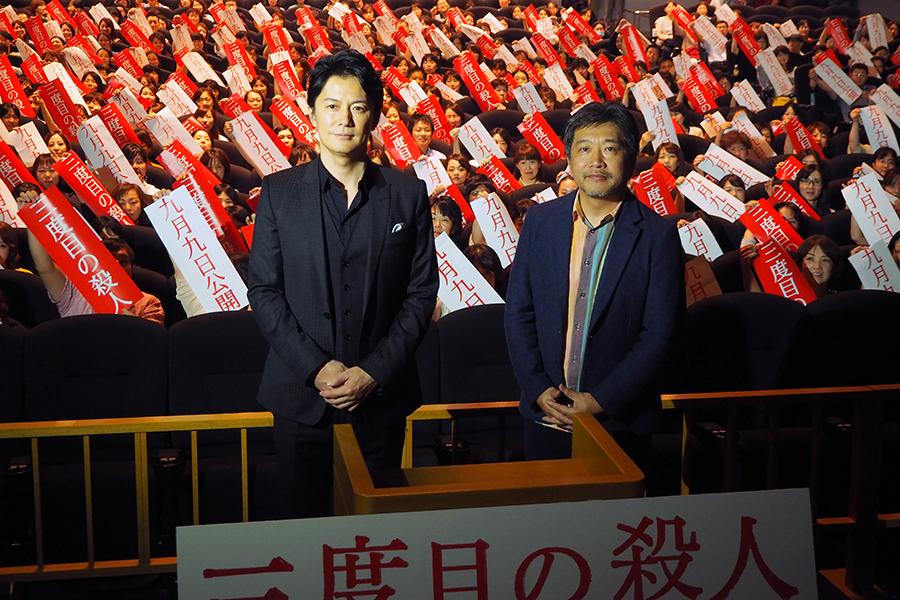 映画『三度目の殺人』の舞台挨拶に登場した福山雅治(左)と是枝裕和監督(29日・大阪市内)