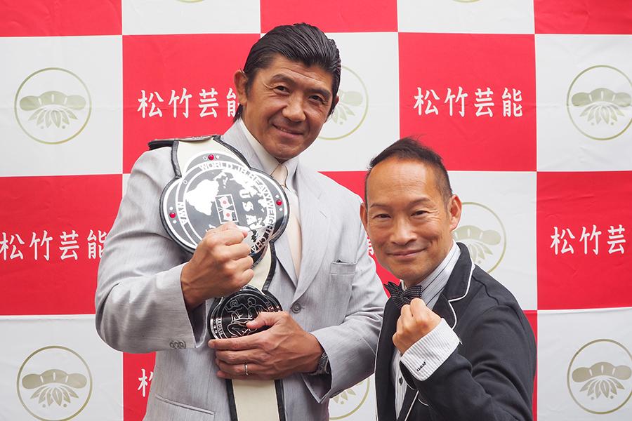 船木誠勝(左)と、会見で司会をつとめたシンデレラエキスプレス・渡辺裕薫(22日・大阪市内)
