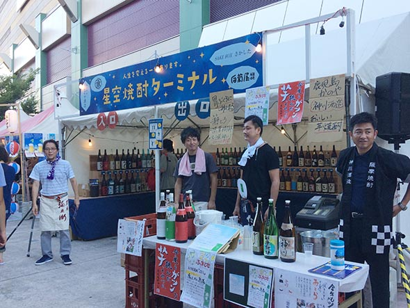 たくさんの話題の焼酎がそろう「焼酎ターミナル」は期間中、通しで営業