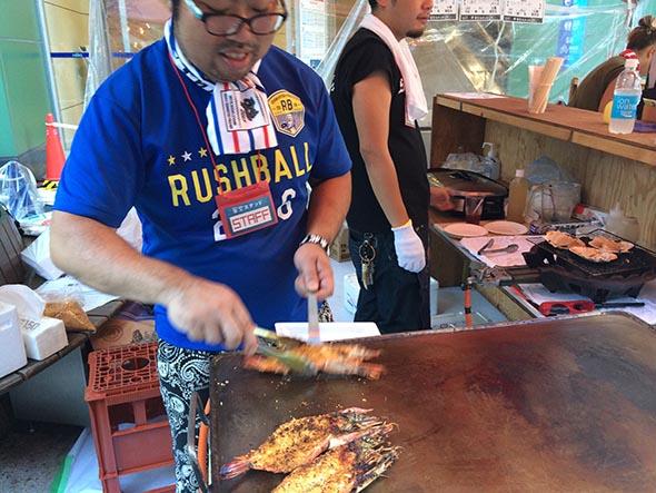 ウラなんばの「貝と海老そして蟹」では、大エビのスパイシー焼きが人気