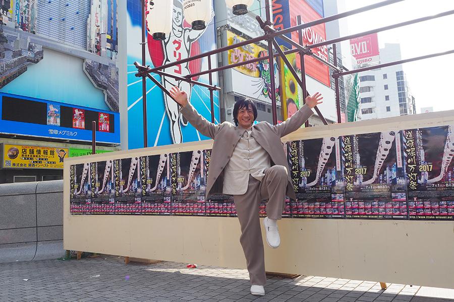 道行く人々の驚きの声を受けながら、道頓堀の戎橋で撮影に応じたジャッキーちゃん(9日・大阪市内)