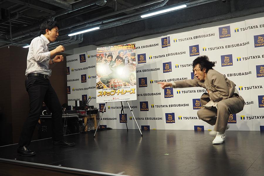 客席のリクエストに応えて、一緒にジャッキー・アクションを再現(9日・大阪市内)