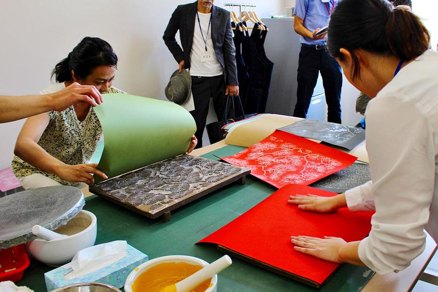 職人の指導のもと、現役の道具を使用して本格的な体験ができる「からかみ小判摺りコース」3900円。馬連(ばれん)は使用せず、手のひらで擦るのが特徴