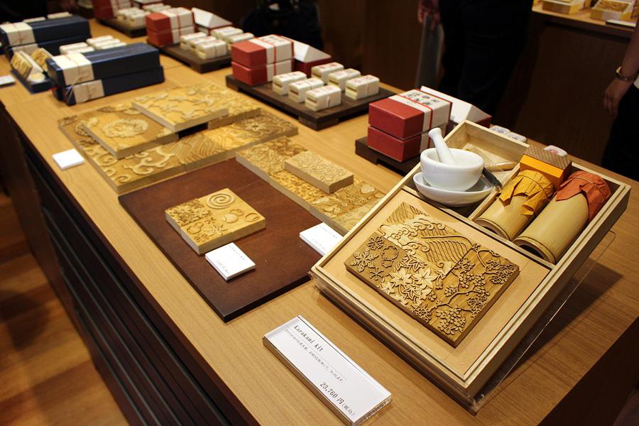 版木文様の縮小版木や絵具がセットになりポストカードが作れる「KARAKAMI KIT」(23760円)。こちらを使用し、気軽にからかみ体験できるコースは1800円