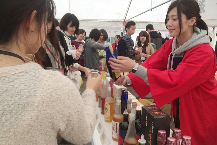 日本全国の酒蔵自慢の梅酒を飲み比べすることができる