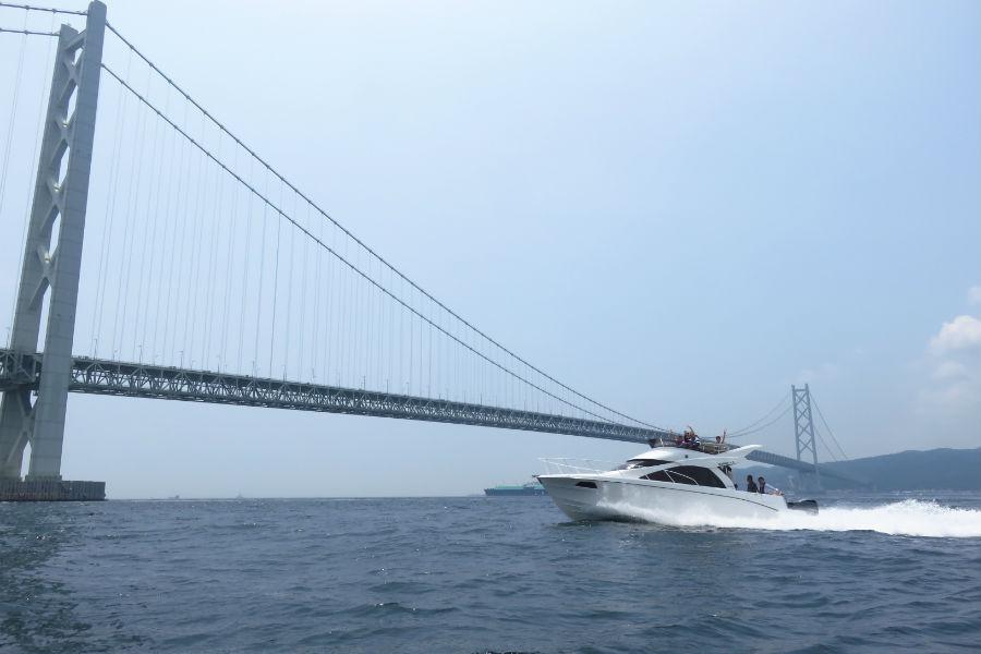 明石海峡を疾走するクルーザー。SNS映えする写真を求めて、海に出る若者も増えてきた(7月29日・マリンピア神戸)
