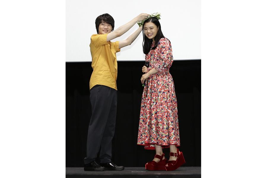 神木隆之介から贈られたサプライズプレゼントに杉咲花もびっくり(7日・大阪市内)