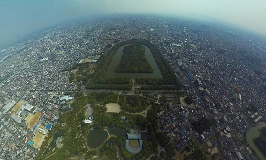 上空300mからでないと全貌が見られないほど巨大な、日本最大の前方後円墳「仁徳天皇陵」