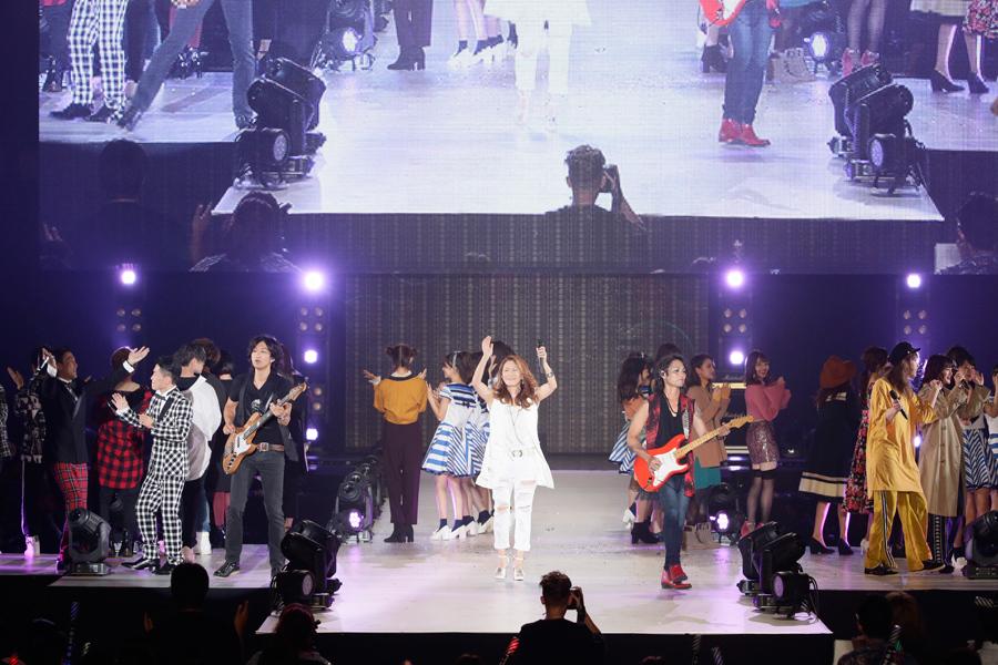 出演モデルらとともに『ら・ら・ら』を熱唱する大黒摩季(30日、京セラドーム大阪)