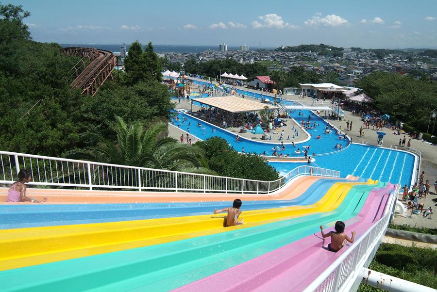 大阪湾がすぐそこの開放的なロケーション。園内は水着のママでもOK