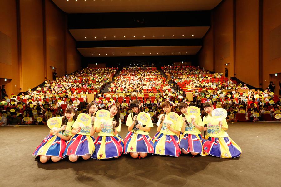 ファンクラブ会員やラジオリスナー、抽選で選ばれた立命館大学の学生ら約800人が集まった