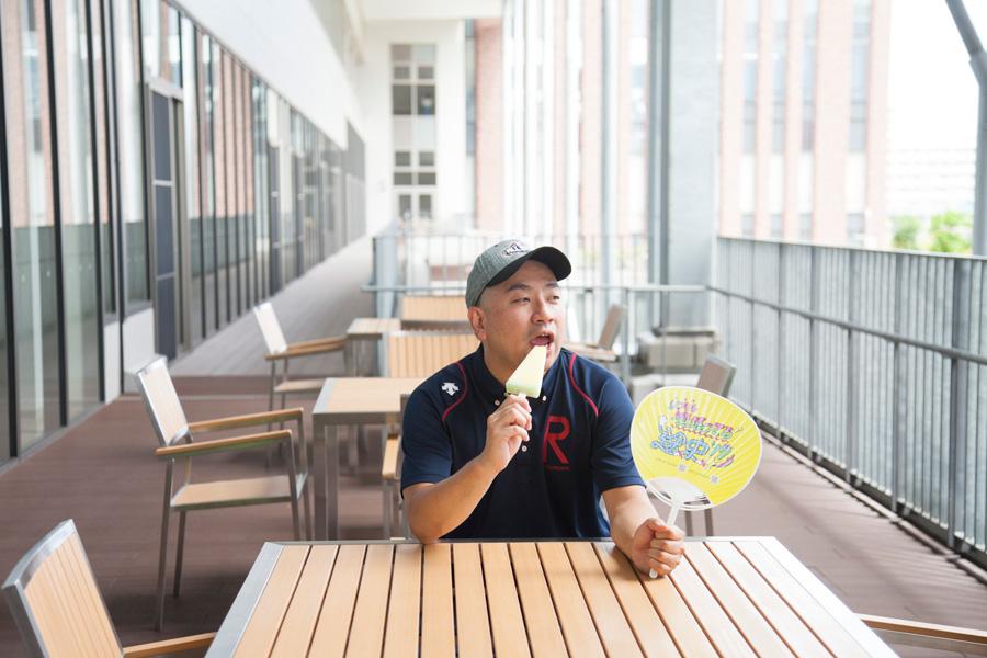 キャンパス内でアイスを食べるRG
