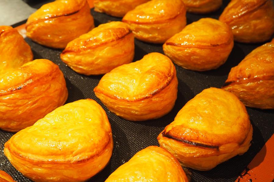 サクサクの自家製パイ生地と、そこに練り込まれた北海道産フレッシュバターが、ふっくらとした厚みと食感を生み出している