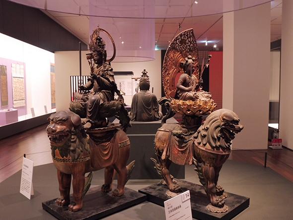 左:重要文化財 文殊菩騎獅像 木造彩色・鎌倉時代(13世紀) 京都・大誓寺 右:重要文化財 文殊菩騎獅像 木造素地・鎌倉時代(元亨4年 1324) 奈良・般若寺