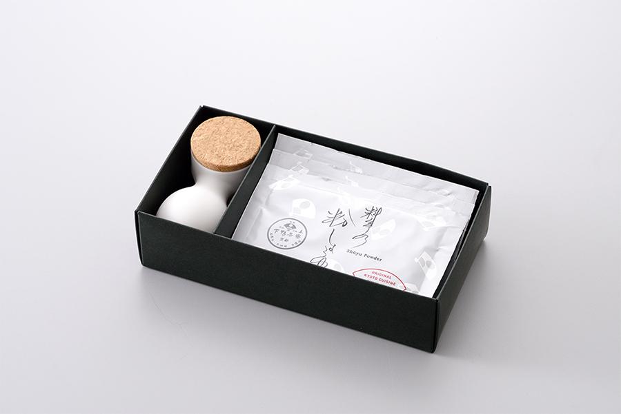 カラーは白と黒の2色。粉しょうゆ8g×3袋、専用容器が付いて1620円