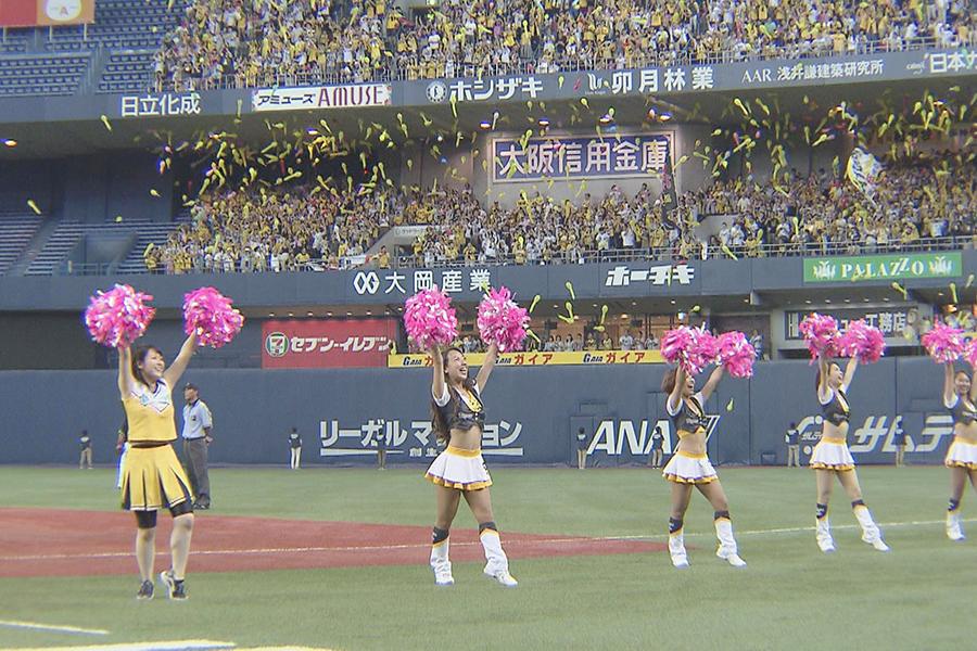 8月5日の「阪神―ヤクルト」戦、ショータイムに登場した諸國沙代子アナ(左)