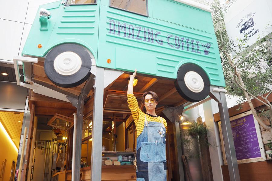 自身がプロデュースするコーヒースタンド「AMAZING COFFEE OSAKA SOUTH SIDE」に訪れたEXILE TETSUYA(28日大阪市内、ヘアメイク/水野明美(H.M.C))
