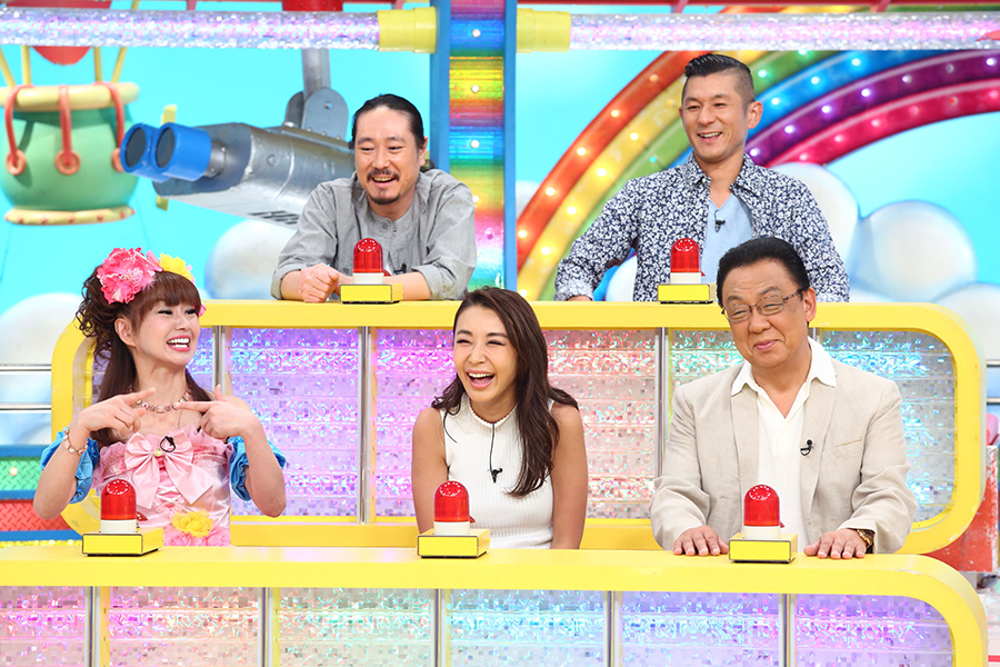カンテレ『ウラマヨ!』の収録に挑んだ鈴木紗理奈(前列中央)