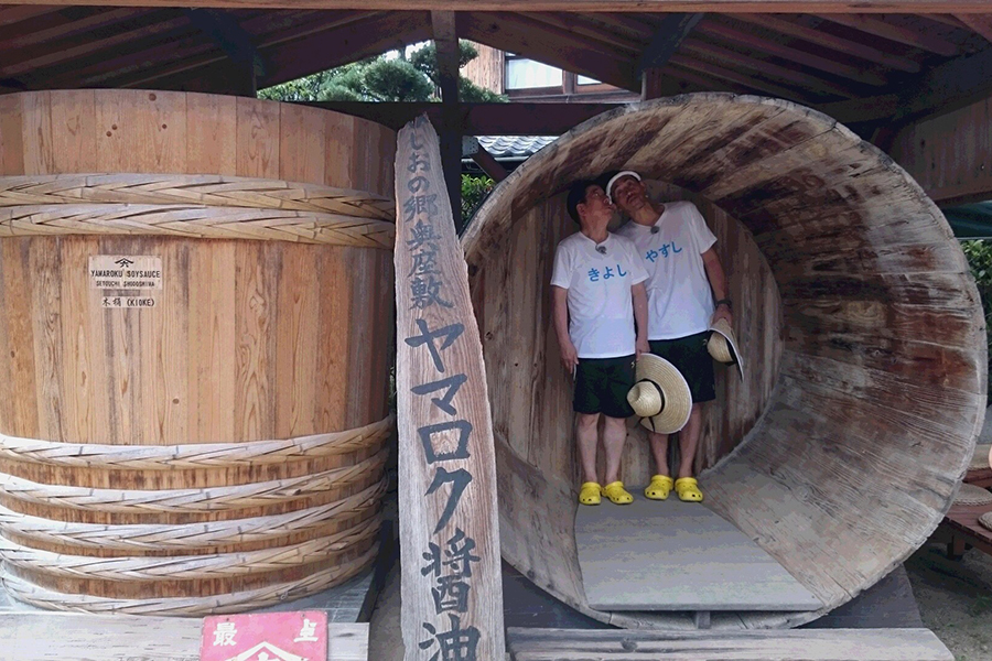 小豆島の有名醤油醸造所「ヤマロク醤油」ではしゃぐ西川きよしと石田靖