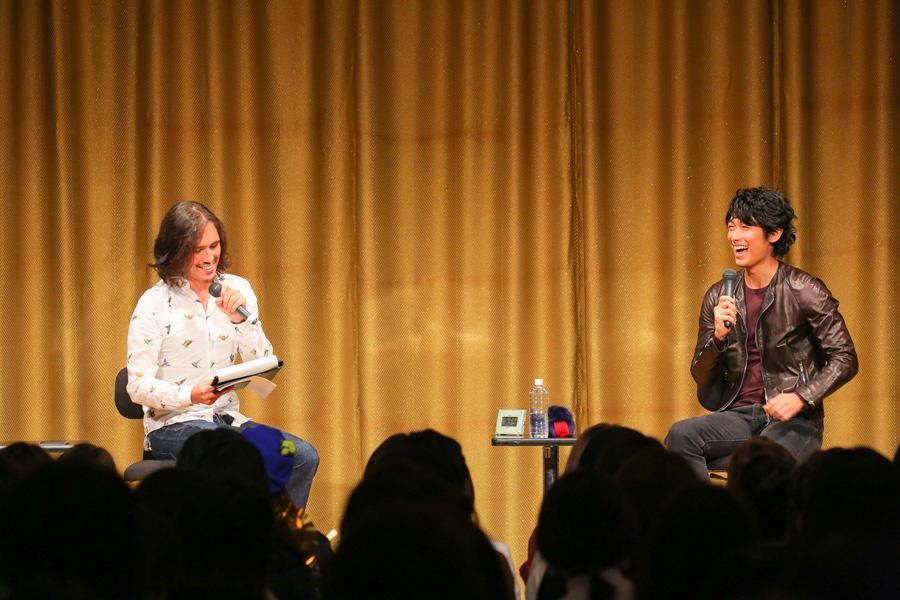 イベントに登場したDEAN FUJIOKA(21日、大阪市中央公会堂)