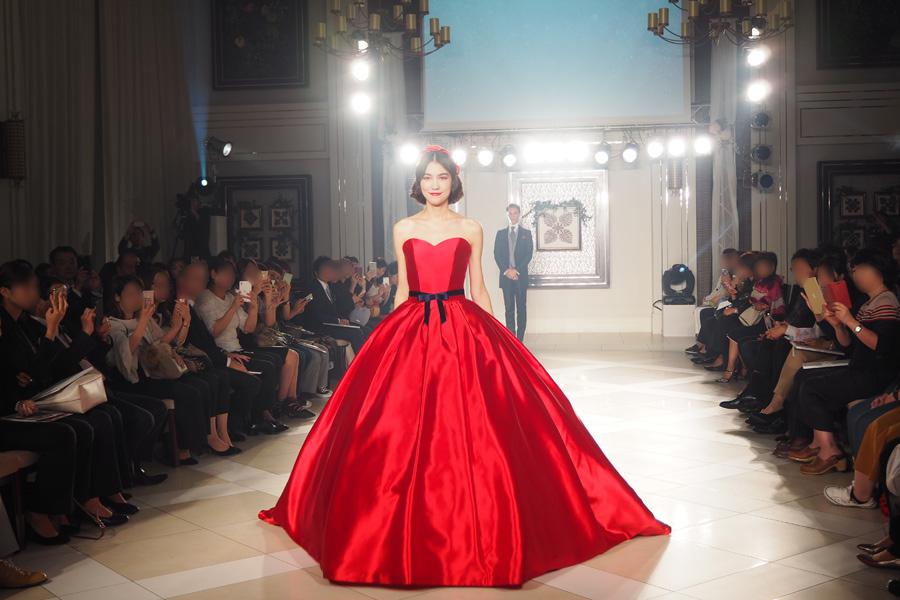 白雪姫のリップと物語のキーとなるリンゴからインスピレーションを受けた、シンプルで大人の雰囲気が漂う深紅の「白雪姫」のドレス