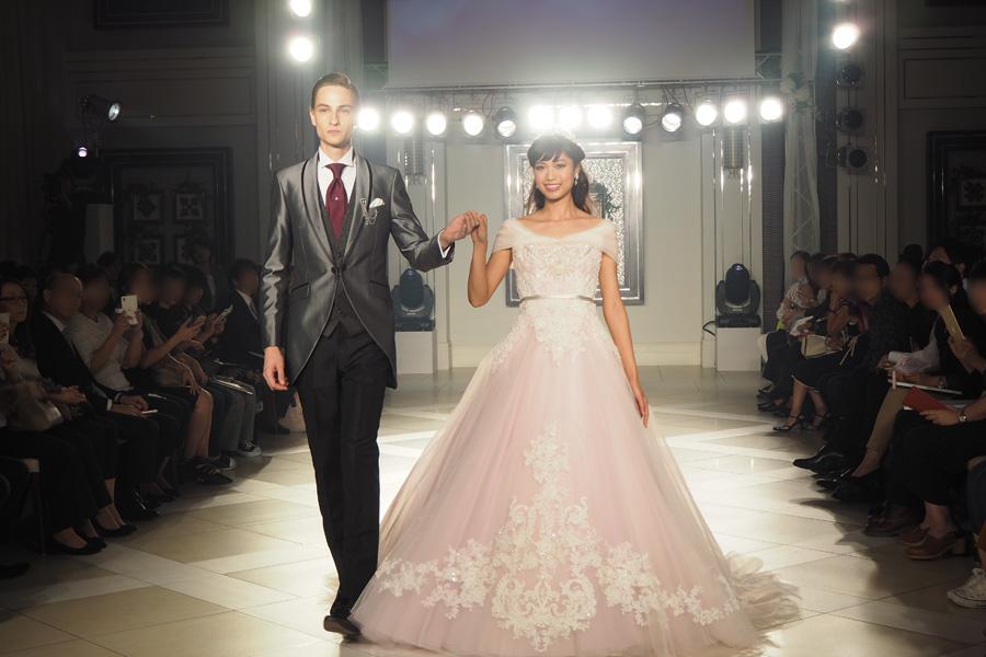 眠っている時に手にしていたバラが香り立つような、甘く優しいピンクカラーの「オーロラ姫」のドレス