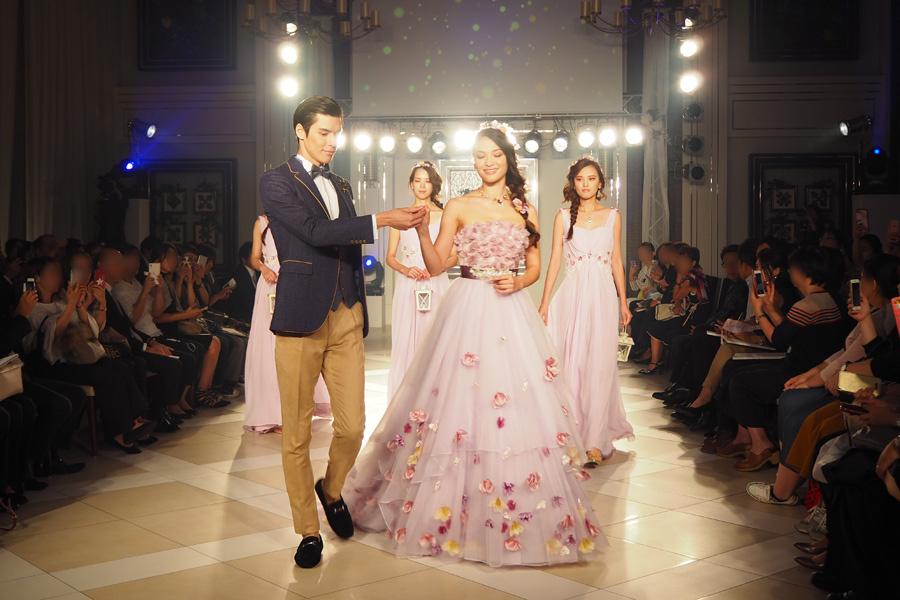 三つ編みヘアに飾られた花をイメージしてドレス全体にも小花が散りばめられた「ラプンツェル」のドレス。プリンスとブライズメイドも揃えるとより世界観を再現できる