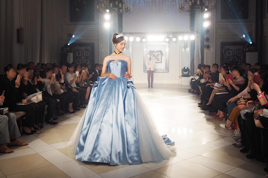 舞踏会に行くための魔法でシンデレラが身にまとったドレスをイメージ