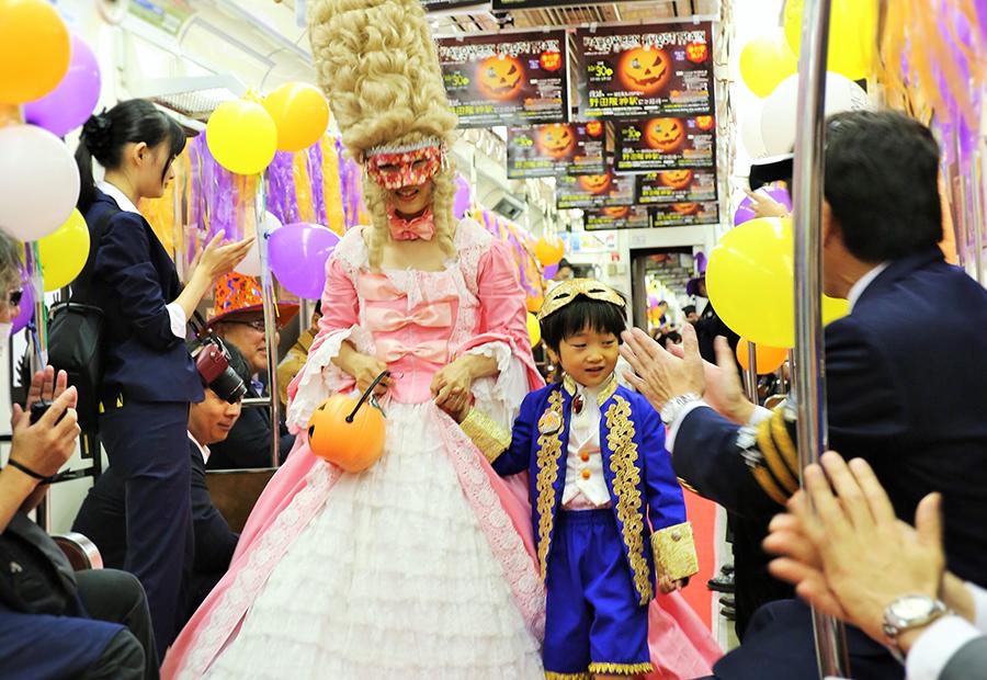 第1部は車内で親子ファッションショーが開催