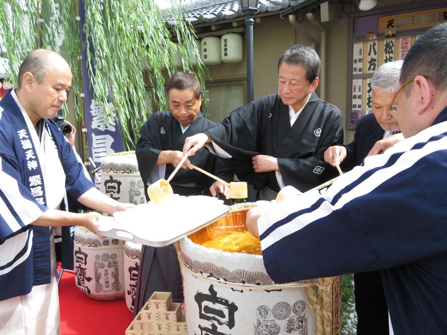 笑福亭生喬、桂三金らも参加して、集まった人々と振る舞い酒で祝った