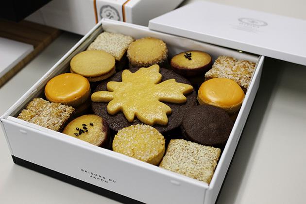 9種類のクッキーやパイが、シンプルな白い缶に入る。39個入4212円、66個入6048円