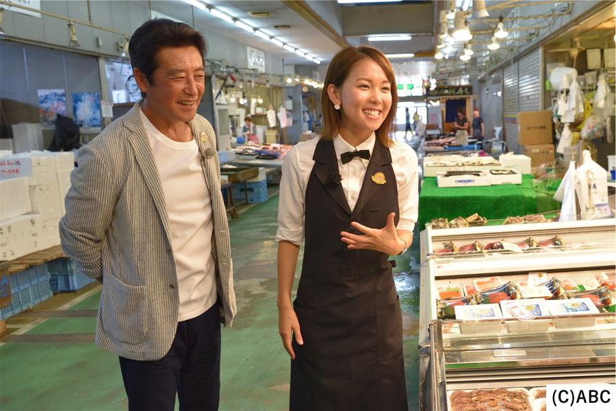 市場でおいしいものを探す神田正輝とヒロド歩美アナ