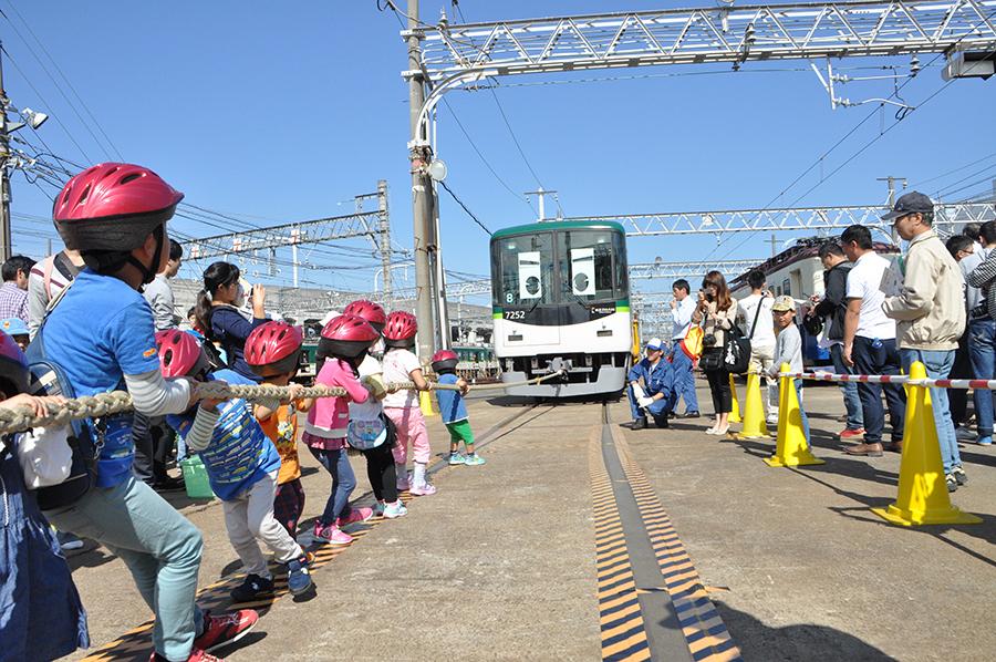 電車と力くらべをする綱引き大会の様子